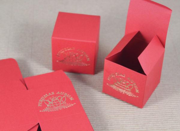 Foto delle scatole per confezioni dello Scatolificio Eugubino - modello Venus Pieghevole color Rosso