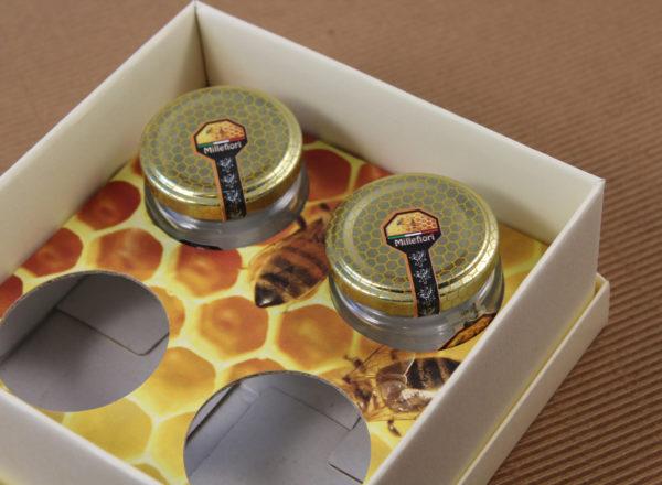 Foto delle scatole per confezioni dello Scatolificio Eugubino - modello Cordoba stampate in digitale per vasetti di miele