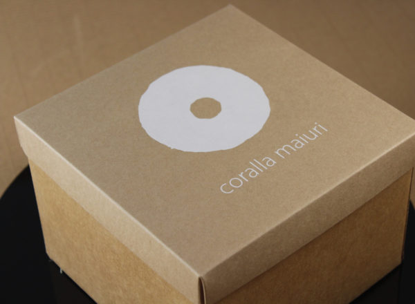 Foto delle scatole per confezioni dello Scatolificio Eugubino - modello Cordoba con stampa serigrafica 1 colore bianco