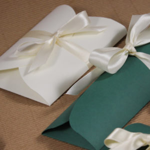 Foto delle scatole per confezioni dello Scatolificio Eugubino - modello Cortina Bianco e Verde