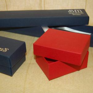 Foto delle scatole per confezioni dello Scatolificio Eugubino - modello Marmotta Doppia Parete color Rosso e Blu